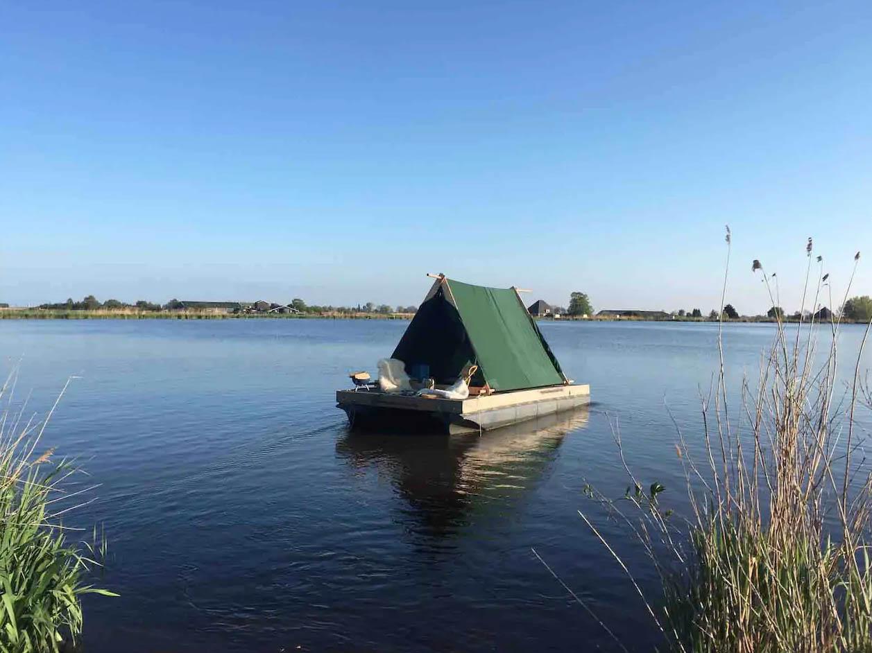 Slapen op het water in een boot1